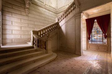 Marmer Treppe im verlassenen Schloss. von Roman Robroek
