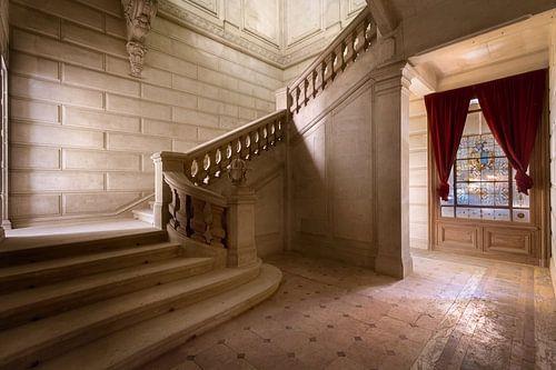 Marmer Treppe im verlassenen Schloss.