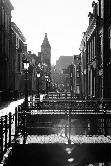Tegenlicht in Utrecht: De Drift in Utrecht in zwartwit met sterk tegenlicht richting de Nobelstraat.