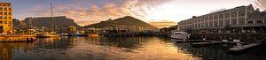 Gouden uur bij de V&A Waterfront, Kaapstad, Zuid-Afrika. van
