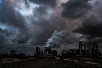 Fabriek in de Botlek met dreigende avondlucht von MICHEL WETTSTEIN