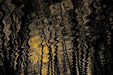 Reflexion von Sonnenlicht und Bäumen in welligem Wasser von Kristof Lauwers