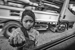 MANDELAY,MYANMAR DECEMBER 13 2015  - Jonge bedelaarster in Mandelay