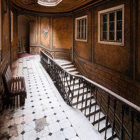 Verlassene Treppe im Hotel. von Roman Robroek