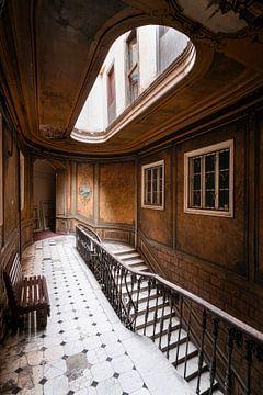 Verlaten Trap in Hotel. van Roman Robroek