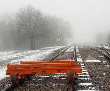 Spoorrails verdwijnend in de mist  von Marian van den Boogaard