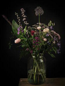 Modern stilleven 'veldboeket bloemen in een vaas' van Marjolein van Middelkoop