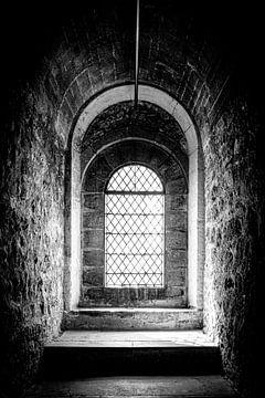 Schönes Licht durch ein altes Fenster des London Tower| London, England | Schwarz-Weiß-Foto I Straße von Diana van Neck Photography