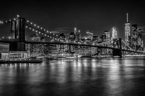 MANHATTAN SKYLINE & BROOKLYN BRIDGE Nachtweergave van Melanie Viola