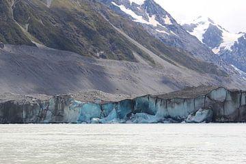 Helderblauwe gletsjer in Nieuw-Zeeland van Eline Lohman