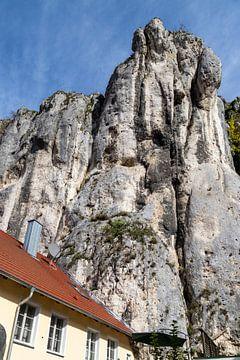Hoge rotsen aan de rand van Markt Essing in Beieren van Reiner Conrad