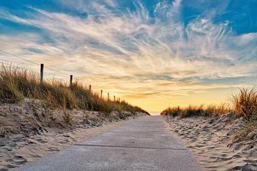 strandopgang Noordzeestrand met zonsondergang van eric van der eijk