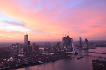 Rotterdam in beweging onder een prachtig karmozijn gekleurde wolkendek van