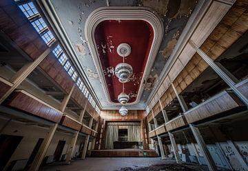 Theater met grote lampen van Inge van den Brande