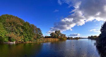 Panorama am See mit Spiegelung im ruhigen Wasser von MPfoto71