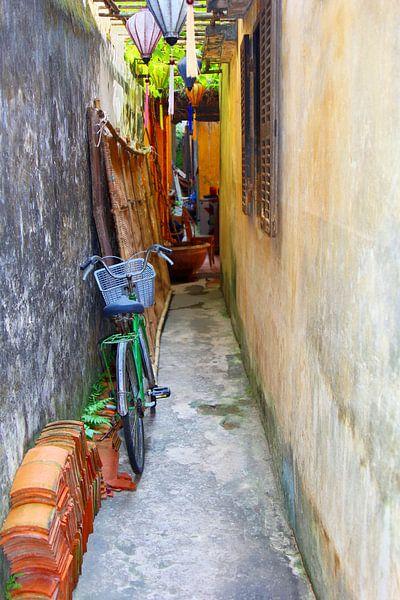 Steegje in Hoi An, Vietnam van Inge Hogenbijl