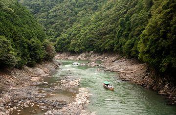 Boot op rivier in het bos, Arashiyama, Kioto Japan van Sebastian Rollé - travel, nature & landscape photography