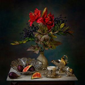 Stilleben mit Feigen und Blumen mit Silbergeschirr.