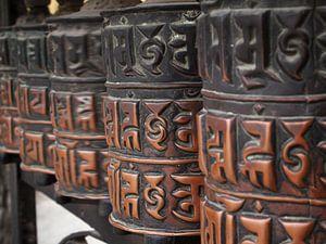 Gedecoreerde boeddhistische gebedswielen in Nepal