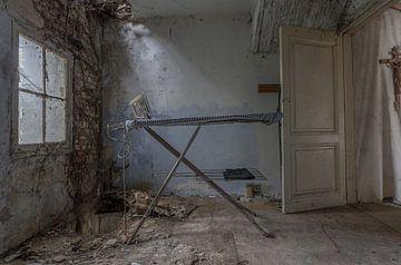 Bügelraum in einer alten verlassenen Mühle von John Noppen