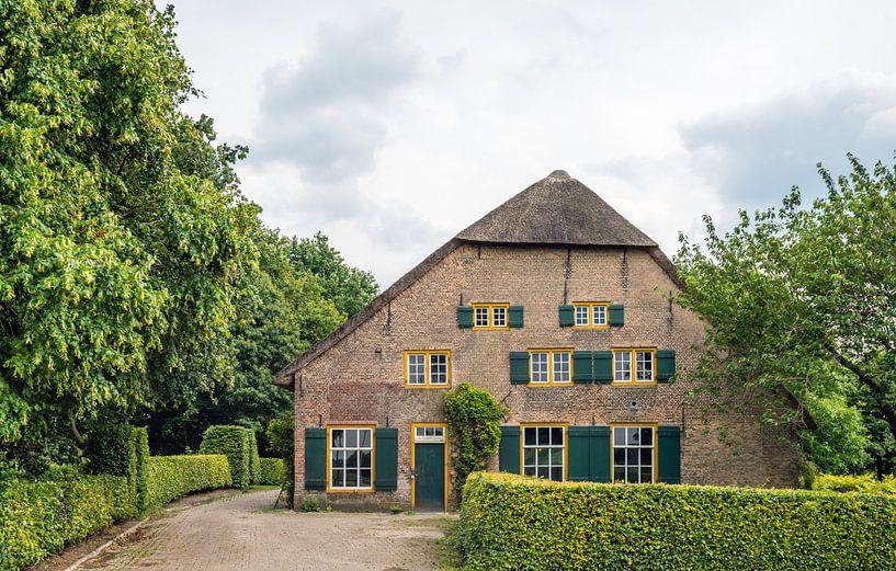 Leegstaande monumentale boerderij van Ruud Morijn