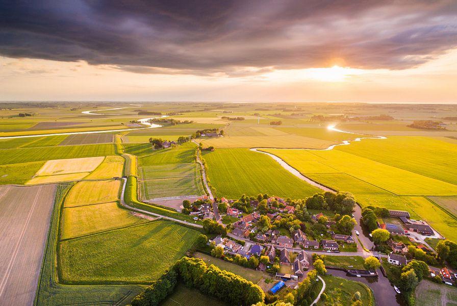Zonsondergang boven Schouwerzijl van dron inger