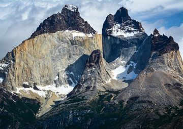 Berglandschaft Torres del Paine mit den hornförmigen Gipfeln der Cuernos del Paine von