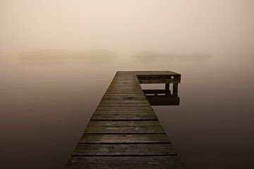 Ein Pier im Nebel, Niederlande von Peter Bolman