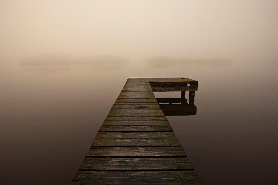 Een aanlegsteiger in de mist, Nederland van Peter Bolman