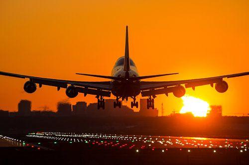 Boeing 747 tijdens zonsopkomst