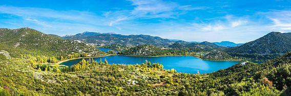 Panorama van de heuvels en baai bij Makarska, Kroatië van Rietje Bulthuis