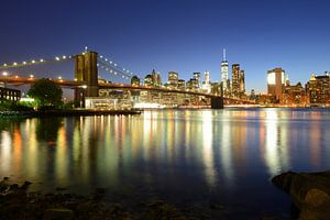 Brooklyn Bridge en Manhattan New York skyline in de avond