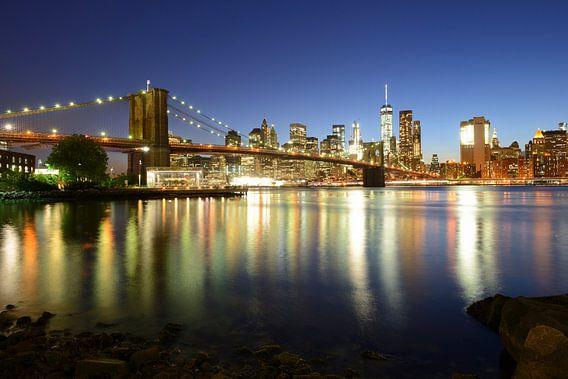 Brooklyn Bridge en Manhattan New York skyline in de avond van Merijn van der Vliet