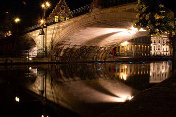 Belgique (Gand) sentier de lumière sur un canal sous un pont - photographie de nuit sur Dorus Marchal