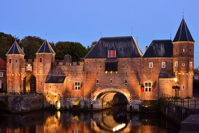 Koppelpoort in Amersfoort aan het begin van het blauwe uur van Gerard de Zwaan
