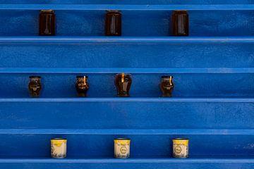 Blauwe rekken met potten honing bij Agios Ioannis Monastery op Kos van Steven Dijkshoorn