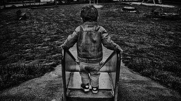 Glijbaan  eerste stap kind moed zwart wit van Tom Poelstra