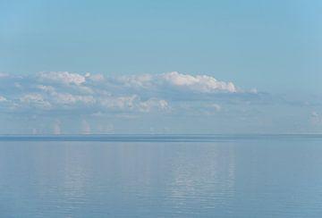 Ein bewegungsloses Blau an einem endlosen Horizont am Wattenmeer von Margot van den Berg