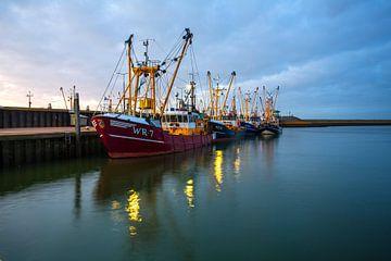 Schepen in de haven van Den Oever van Juul Baars