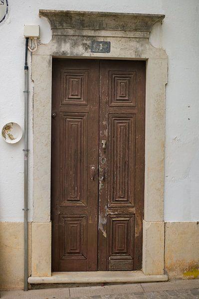 De deuren van Portugal bruin nummer 1 van Stefanie de Boer