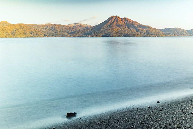 Lake Shikotsu, vulkanisch bergmeer, en Mount Eniwa in Japan van Hidde Hageman