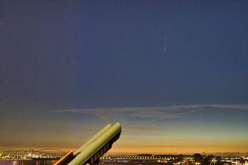 Komet Neowise über dem Fluss Waal im Abendlicht. von Machiel Zwarts