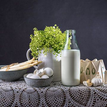 Stilleven fles melk, eieren, asperges, knoflook van Susan Chapel