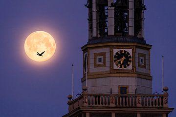 Volle maan achter de Nieuwe Toren in Kampen van Marijn Alons