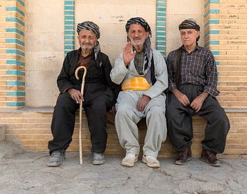 Mannen bij Abdullah Ibn Umar Moskee (Negel) van Maarten Verhees