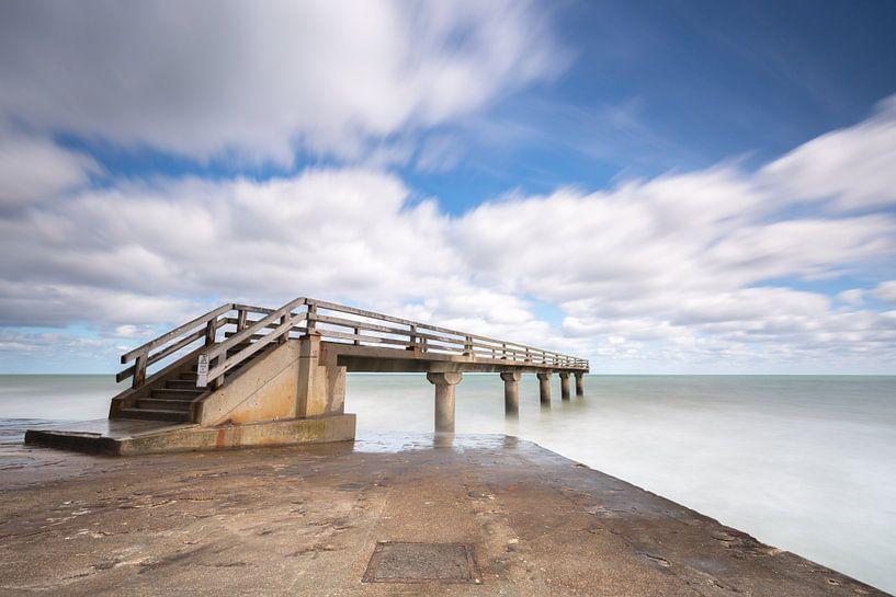 Wolken en zee bij de pier van Omaha Beach Normandië  van Silvia Thiel