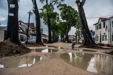 Straatbeeld Paramaribo van Ton de Koning