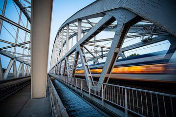 Ein Sprinterzug auf der Eisenbahnbrücke zwischen Weesp und Diemen von Stefan Verkerk