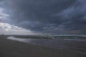 Donkere wolk boven zee