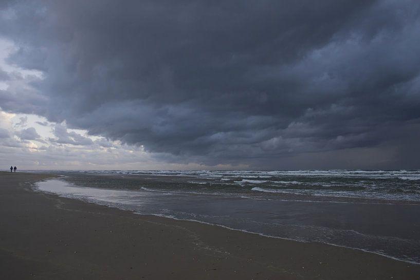 Donkere wolk boven zee van Barbara Brolsma